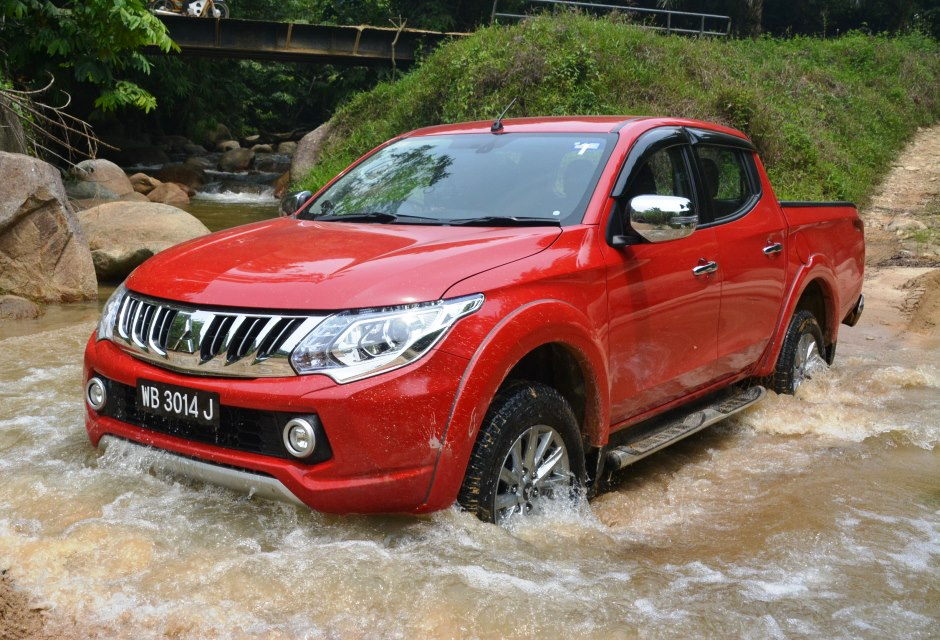 Mitsubishi triton 2015 red