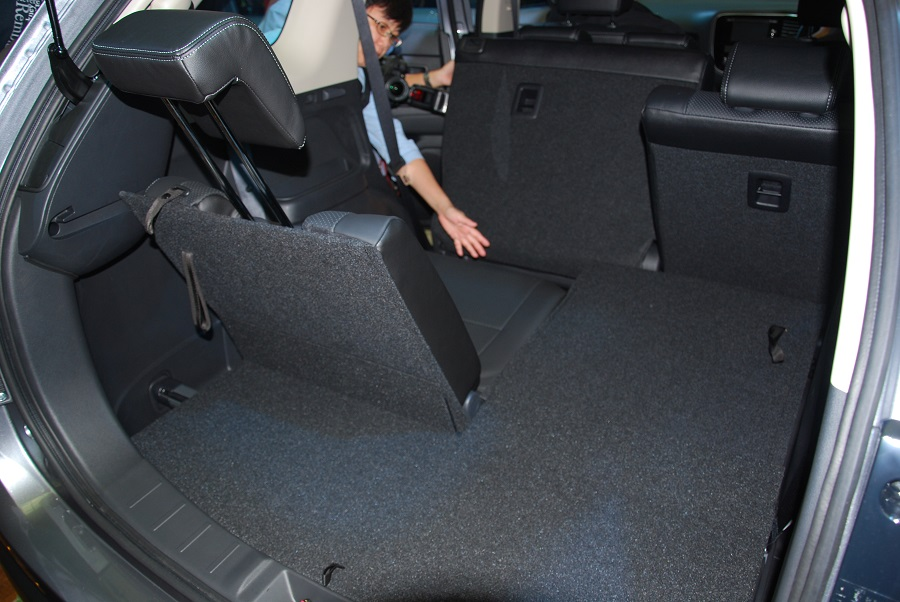 all new mitsubishi outlander suv open for booking in malaysia. Black Bedroom Furniture Sets. Home Design Ideas