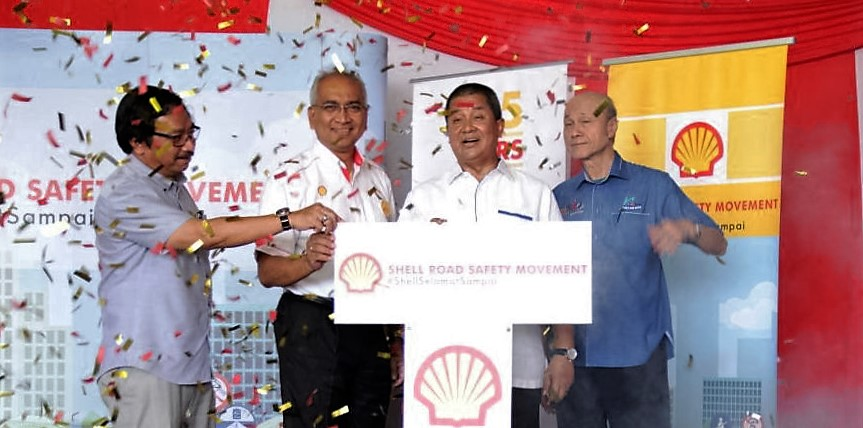 Datuk Seri Saripuddin Kasim, Transport Ministry secretary-general (3rd from left) officiating #ShellSelamatSampai launch, flanked by Datuk Azman Ismail, Managing Director of Shell Malaysia Trading (2nd from left); Tan Sri Lee Lam Thye, Chairman of Malaysian Institute of Road Safety Research (right); and Dato' Misri Idris, District Officer of Petaling,Selangor (left)