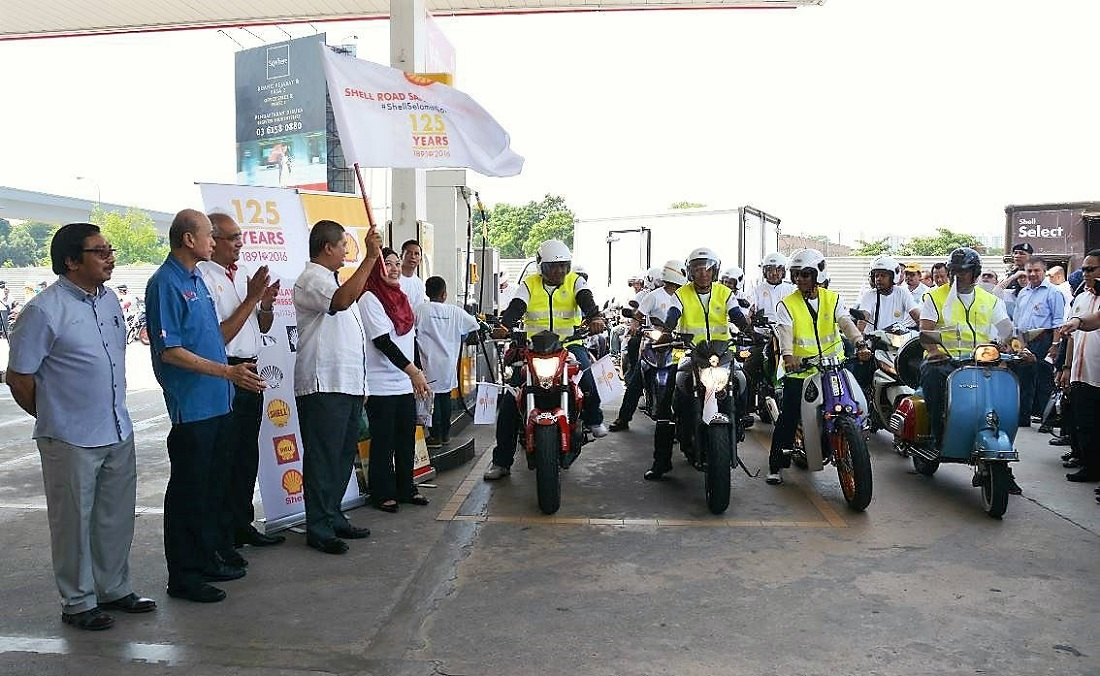 125 bikers flagged off at the #ShellSelamatSampai launch to commemorate 125th anniversary of Shell in Malaysia.  Datuk Seri Saripuddin Kasim, Transport Ministry secretary-general (4th from left), flanked by Datuk Azman Ismail, Managing Director of  Shell Malaysia Trading (3rd left); Tan Sri Lee Lam Thye, Chairman of Malaysian Institute of Road Safety Research (2nd from left); and Dato' Misri Idris, District Officer of Petaling, Selangor  (left).