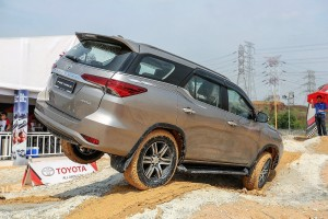Toyota_Hilux_Fortuner_Drive_Media-184