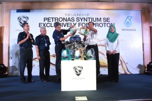 Dato' Ahmad Fuaad Kenali, CEO of PROTON, and En. Zubair Abdul Razak, CEO of PETRONAS Lubricants Marketing pouring the new oil into an engine