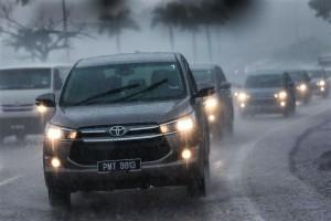 Pressing on in a heavy thunderstorm, 2016 Toyota Innova Malaysia 20161201_0542