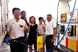 Au Tong Sing, National Sales Manager, Shell Malaysia Trading Sdn. Bhd. fills up a full tank of complimentary Shell FuelSave Diesel Euro 5 fuel for loyal Shell BonusLink customers