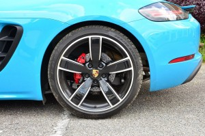 Rear wheels are 265 mm wide.