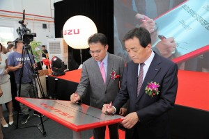 Dato' Sri Syed Faisal Albar, Group Managing Director of DRB Hicom & Susumu Hosoi, Chairman Isuzu Motors Ltd Japan signing the commemorative plaque. 3.