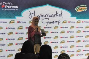 Petron Malaysia Hypermarket Sweep Challenge, Giant Shah Alam Stadium, Roseta Mohd Jaafar, Corporate Affairs Director GCH Retail (Malaysia) Sdn Bhd