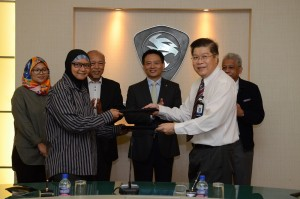 Rabitah binti Shamshudin, Director of Pantai Bharu Corporation Sdn Bhd exchanging the signed agreement with Dr Ho.