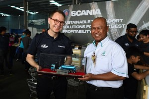 L-R: Thor Brendan, Services Director, Scania SEA presenting a memento to Dato' Mohd Ibrahimnuddin Yunos CEO of Petronas Dagangan Berhad who officiated the Petronas FM Drive 2018