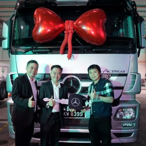 L-R: Mercedes-Benz Malaysia Commercial Vehicles Vice President, Mr Albert Yee and Cycle & Carriage Bintang Berhad CEO, Mr Wilfrid Foo, with Pek Ong and Sons Nurseries Sdn Bhd, Director, Mr Louis Law Wen Soow.