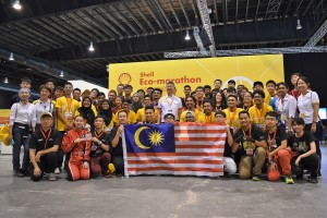 The seven student teams representing Malaysia at the Shell Eco Marathon Asia 2018, with Datuk Iain Lo, Chairman of Shell Malaysia (centre).