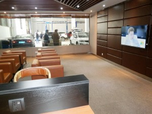A customer waiting lounge with a view of the service area in the Geely dealership