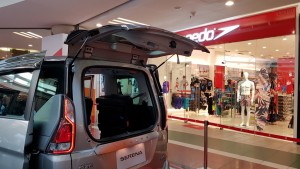 2-stage opening rear door