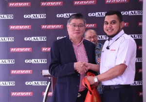 L-R:Ang Kian Hua, Director of Ang Trading and Motor Credit Sdn Bhd and Dato' SM Azli, Executive Director of Go Auto