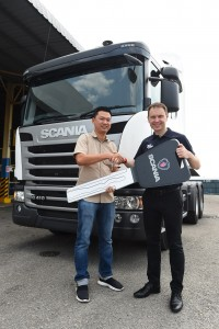 L-R: Strong Horse Transport Managing Director, Oh Han Khim receiving the mock key from Scania Southeast Asia Services Director Thor Brenden.