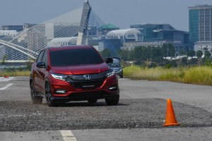 HR-V RS going through a slalom test