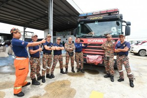 The Bintulu Fire and Rescue Department team and their Scania truck at the Scania (Malaysia) Bintulu centre.