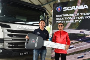 L-R: Scania Credit Malaysia Sales Manager Anson Chua with Kotamas Oil Sdn Bhd Director Datuk Rays Rustan