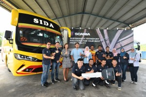 Scania Southeast Asia Managing Director Marie Sjödin Enström officially handing over buses to Syarikat Pengangkutan Bandar Raya Kinabalu Director Encik Sapni Sapena and team