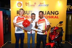 L-R: Datuk Iain, Shairan & Mohd Nazeri with the bike he won.