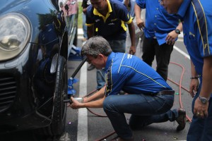 Ben Hoge, Managing Director for Goodyear Malaysia Berhad, officiating the launch of SDGR Goodyear Autocare by securing a tire onto a vehicle.