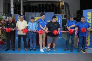 L-R: Brigadier General Haji Mislan bin Anuar; YB Tuan Mohd Sany bin Hamzan, MP Templer; Professor Dr. Ibrahim bin Hashim; Loh Chee Hoe, Co-owner of SDGR; Iskandar bin Zabani, co-owner; Ben Hoge, Managing Director of Goodyear Malaysia Berhad; and Chee Lip Choon, Goodyear Malaysia Sales Director, officially launch the new SDGR outlet.