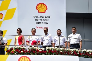 R-L: Minister of Economic Affairs, YB Dato' Seri Mohamed Azmin bin Ali, Dato' Menteri Besar Selangor, YAB Tuan Amirudin bin Shari, Chairman of Sepang International Circuit, YBhg Tan Sri Mohamed Azman bin Yahya, and Chairman of Shell Malaysia, Datuk Iain Lo on the podium to congratulate the winners of the Shell Malaysia MotoGP 2018.