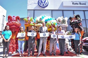 Representatives of Volkswagen Kota Bumi & VPCM with the centre's first two customers.