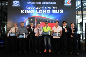 The bus chassis customers (holding bus scale model) posing with the management of Tan Chong Motor and Xiamen King Long United Automotive Industry Co. Ltd. (1st from Left) Phua Khim Hiang, Head of Mayflower Car Rental Sdn Bhd; (2nd from Left) Lim Yune Fay, Director of Five Stars Express Tours & Travel Sdn Bhd; (4th from Right) Kee Kim Yong, Director of Siang Malam Travel & Express Sdn Bhd; and (3rd from Right) Khaw Soy Ou, Managing Director of Pioneer Coachbuilders Sdn Bhd.
