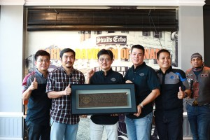 Presentation of authorised dealership plaque (L-R): Director of GB Motorcycles, Goh Kian Chuan; Director of GB Motorcycles, Goh Kian Sin; District Manager of Harley-Davidson Asia Emerging Markets (AEM), Koh Jyh Woei; General Manager of Didi Resources, Mr Juan Chow Wee.