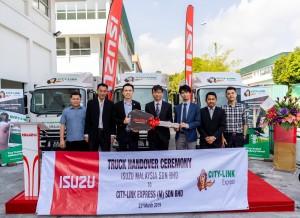 L-R: Mr. Chong Siew, Managing Director, Siew Min Body Builder; Mr. Yeo Ann Siong, Managing Director, Jumbo Arena Sdn Bhd; Mr. Ronald Tan, Chief Executive Officer, City-Link Express (M) Sdn Bhd; Mr. Koji Nakamura, Chief Executive Officer, Isuzu Malaysia Sdn Bhd; Mr. Atsunori Murata, Chief Operating Officer, Commercial Vehicle Division, Isuzu Malaysia Sdn Bhd; En. Izwan Shah Bin Omar, Service Manager, Jumbo Arena Sdn Bhd; Mr. Tu Chin Long, Sales Manager, Jumbo Arena Sdn Bhd.