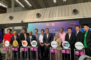 YB Tuan Anthony Loke with the partners of the Go Cashless On Public Transport campaign, and its organizer Express Rail Link Sdn Bhd.