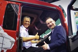 L-R: YB Dato' Kamarudin Jaffar, Deputy Minister, Ministry of Transport; Richard Frenz, MD of MAN Truck and Bus (M) Sdn Bhd with the MAN XLION TGS.