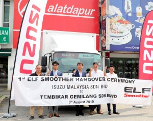 L-R: Mr. Low Jan Po, Operations Manager, PTM Accel Sdn Bhd (Isuzu dealer); Mr. Atsunori Murata; Mr. Koji Nakamura; Mr. Foo Sek Wee; Mr. Terrance Suah Woon You. Sales Advisor, PTM Accel Sdn Bhd with the first Elf Smoother NPR150 delivered.