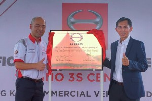 Mr. Atsushi Uchitama, Managing Director of Hino Malaysia and Mr. Teh Eng Kee, Managing Director of Eng Kee Commercial Vehicles at the official opening of the new 3S centre.