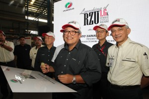 Dato' Zainal Abidin Ahmad signs a plaque to officiate the new stamping machine. On his right is Mr Masanori Takahashi; on his left are Datuk Shigeharu Toda and Datuk Ahmad Suhaimi Hashim.
