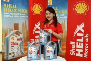 Shell Lubricants Marketing GM May Tan with the new Shell Helix HX8 0W-20 engine oil_Malaysia