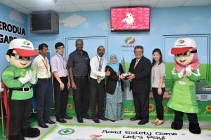 Perodua President & CEO Dato' Zainal Abidin Ahmad presented a pulse oximeter to Selayang Hospital Deputy Director 2 Pn Nik Nor Aniza Nik Mohd Zain, witnessed by Selayang Hospital Paediatric Ward Head Dr Selva Kumar (on her right) and management of Selayang Hospital and Perodua.