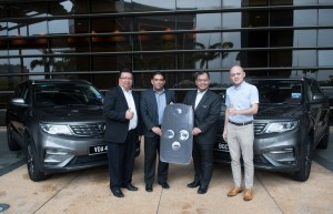 L-R: En Fazli Hisham Shukor, Director of Corporate Sales, PROTON and En Hazrin Fazail Haroon, Director of Group Engineering, PROTON handing over a Proton X70 mock key to Dato' Shahrol Anuwar Sarman, Statutory Bodies Division Secretary for the Strategic Management Division of Ministry of Finance, accompanied by En Shaheeran Jalalludin, Operations Head of SPANCO.