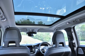 Volvo XC60 T8_Panoramic Sunroof