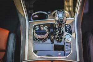 BMW 840i Gran Coupé M Sport (13)_Centre Console_Crafted Clarity_Gear Lever_iDrive