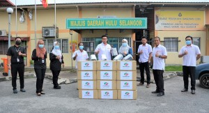 Perodua presenting face shields to Hulu Selangor District Council.