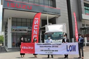 L-R: Ms Loo Siok Hua, Sales Manager, Truck Venture; Ms Loo Siok Yee, Consultant Director, Truck Venture; Mr Lee Sanghaag, Manager, LOM Logistic; Mr Koji Nakamura, CEO, Isuzu Malaysia & Mr Atsunori Murata, COO, Isuzu Malaysia.