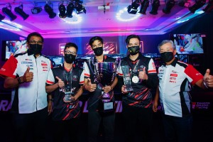 Mr Ravindran K (left) and Mr Akio Takeyama (right) with the three best Malaysian sim racers.