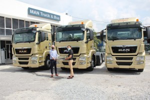 L-R: Andrew O'Brooks, Managing Director of MAN Truck and Bus (M) Sdn Bhd handing over 3 units of MAN TGS 28.440 6X2 to Choy How Sing, Director of Eminent JV Group Sdn Bhd.