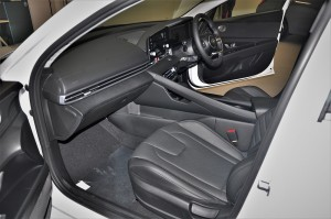 Hyundai Elantra_Black Interior_Dashboard_Front Seats