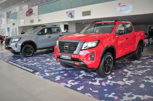 Nissan Navara PRO-4X_Stealth Grey_Burning Red