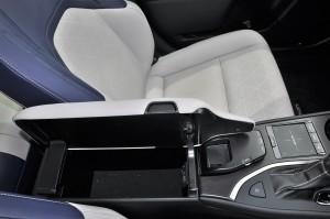 Lexus UX 200_Armrest_Lexus Remote Touch
