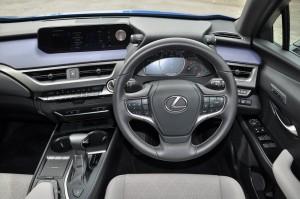 Lexus UX 200_Cockpit_Steering_Infotainment